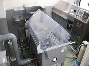 複合サイクル試験装置(写真中央と右上の2台保有しています)
